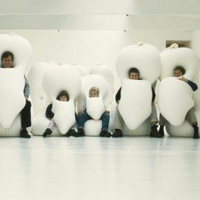 Ernesto Neto, Humanoids, 2001, Tubo de poliamida, medias de poliamida, terciopelo, especias y pelotas de espuma de poliestireno. Dimensiones variables. Foto: Boris Becker. Cortesía: Kölnischer Kunstverein