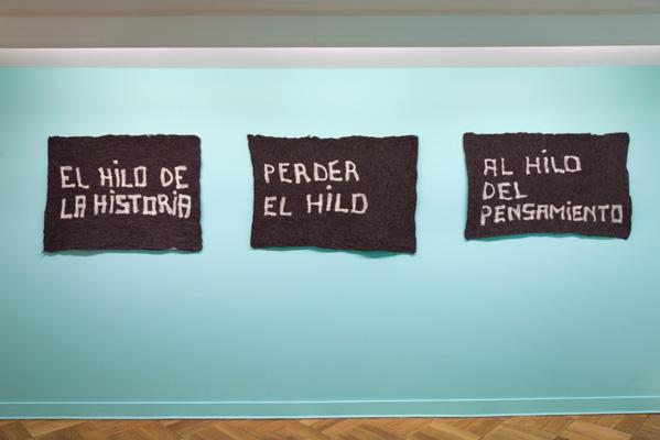 Nury González, De la serie Puntadas sin Hilo, 2012, texto afieltrado manualmente, dimensiones variables