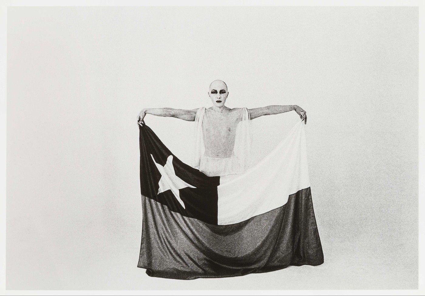 Francisco Copello, El Mimo y La Bandera, 1975, impresión en gelatina de plata, 16 x 22.5 cm. Foto por Giovanna dal Magro. Colección Juan Yarur. Cortesía: Cecilia Brunson Projects, Londres