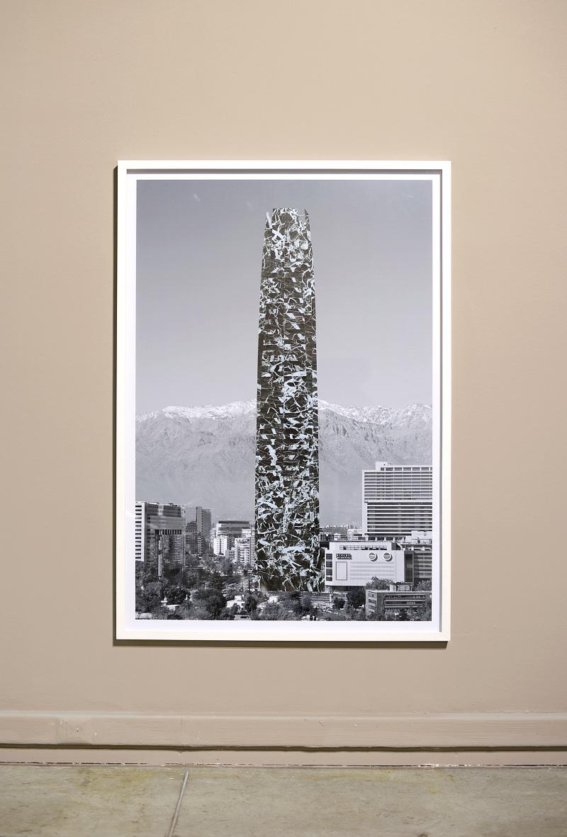 Patrick Hamilton,Proyecto de arquitecturas revestidas para la ciudad de Santiago (Costanera Center), 2013, collage, fotografía en blanco y negro, papel contacto, 160 x 110 cm. Cortesía del artista