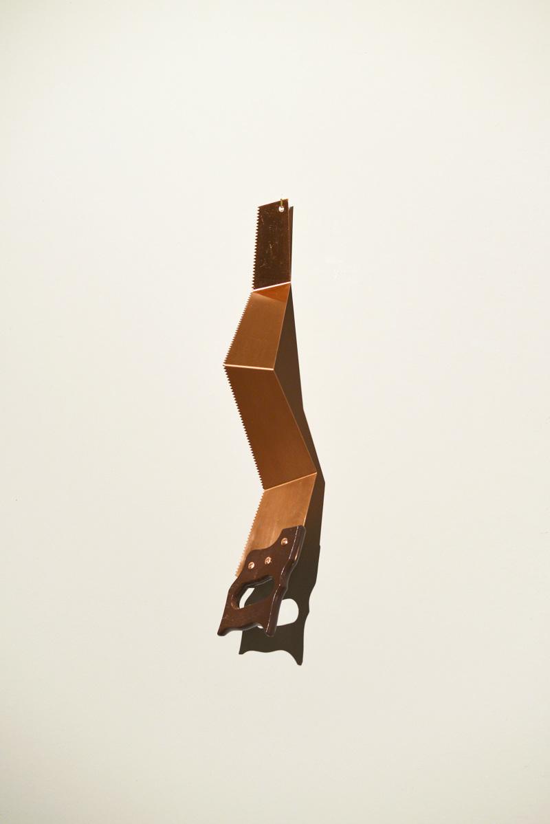 Patrick Hamilton, Serrucho, 2013, cobre y madera, 68 x 14 x 12 cm. Cortesía del artista