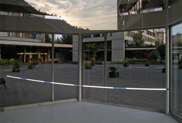 Macarena Ruiz-Tagle, Arco, 2013, neón de 350 cm, Galería Tajamar, Santiago, Chile. Vista de instalación y plaza, Torres de Tajamar, Santiago. Cortesía de la artista.