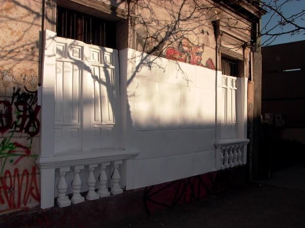 Pilar Quinteros, Restauración III, 2010 (sector de Santa Isabel con Vicuña Mackenna, Santiago de Chile), video, 12:57 min. Cortesía de la artista
