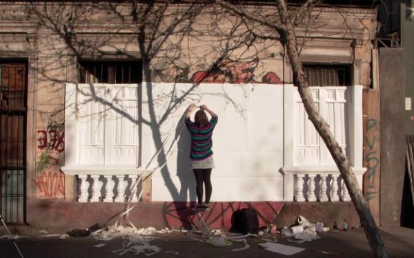 Pilar Quinteros, Restauración III, 2010 (sector de Santa Isabel con Vicuña Mackenna, Santiago de Chile), still de video, 12:57 min. Cortesía de la artista