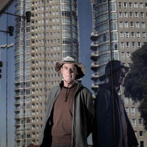 Richard Long frente a la fachada de Faena Arts Center, Buenos Aires, junio 2014. Foto: María Soledad Aznarez. Cortesía: Faena Arts Center