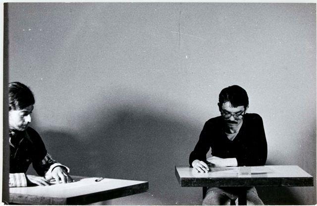 Ulises Carrión leyendo Clinch Ecard, Ginebra, 1978, fotografía en blanco y negro, 11,5 x 18 cm. Colección particular París