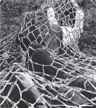 Lygia-Clark-uma-retrospectiva-2012.-Rede-de-Elásticos-1974-Obra-21-318x358