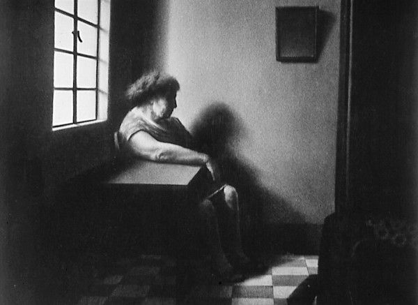 Oscar-Muñoz-Mujer-en-ventana-1976-1981-Lápiz-carbón-sobre-papel-130-cm-x-100-cm-cu-600x437