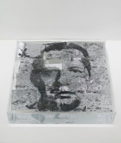 Oscar-Muñoz-Narcisos-en-proceso-1995-2009-Polvo-de-carbón-papel-sobre-agua-y-plexiglás-50-cm-x-50-cm-x-10-cm-cu-511x600