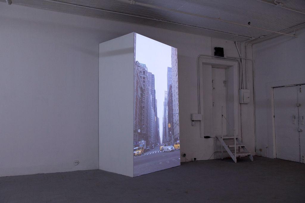 Andrés Durán, Monumento Editado: Ave of the Americas. Vista de la exposición en Y Gallery, Nueva York, 2016. Cortesía del artista y Y Gallery