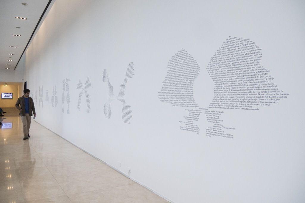 Jorge Macchi, Doppelganger, 2005, 10 textos en vinilo sobre pared. Dimensiones variables (copia de exhibición). Foto: Mariella Sola / Artishock