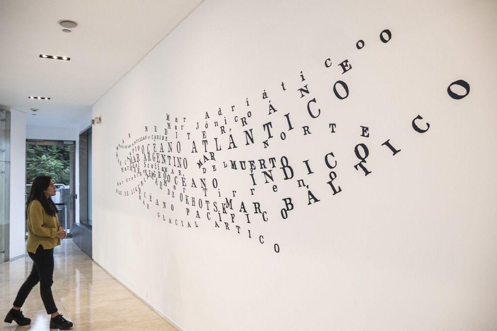 Jorge Macchi, Poema líquido, 1999, vinilo sobre pared. Dimensiones variables (copia de exhibición). Cortesía: Galeria Luisa Strina, Sao Paulo. Foto: Mariella Sola / Artishock