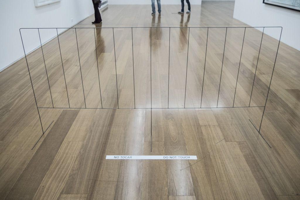 Jorge Macchi, Reacción, 2010, alambre de acero, 105 x 210 x 50 cm. Cortesía: Galería Luisa Strina, Sao Paulo. Foto: Mariella Sola / Artishock