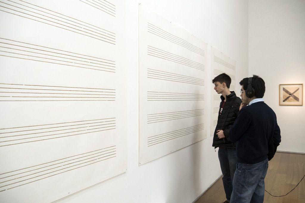 Jorge Macchi, Música incidental, 1998, recortes de periódico sobre papel, sonido, auriculares, 130 x 500 x 150 cm. CA2M - Centro de Arte Dos de Mayo. Comunidad de Madrid Colección Fundación ARCO, Madrid. Foto: Mariella Sola / Artishock
