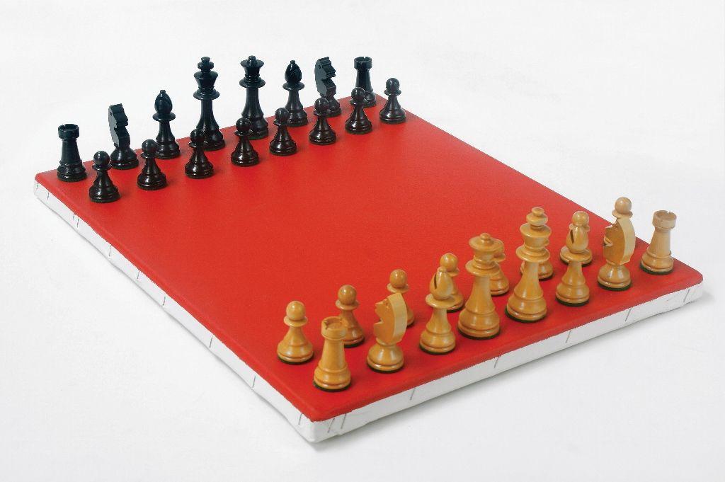 Horacio Zabala, A sangre fría (Truman Capote), 2002 - 2010, piezas de ajedrez, acrílico sobre tela, 50 x 40 x 15 cm. Colección del artista. Foto: Estudio Giménez-Duhau