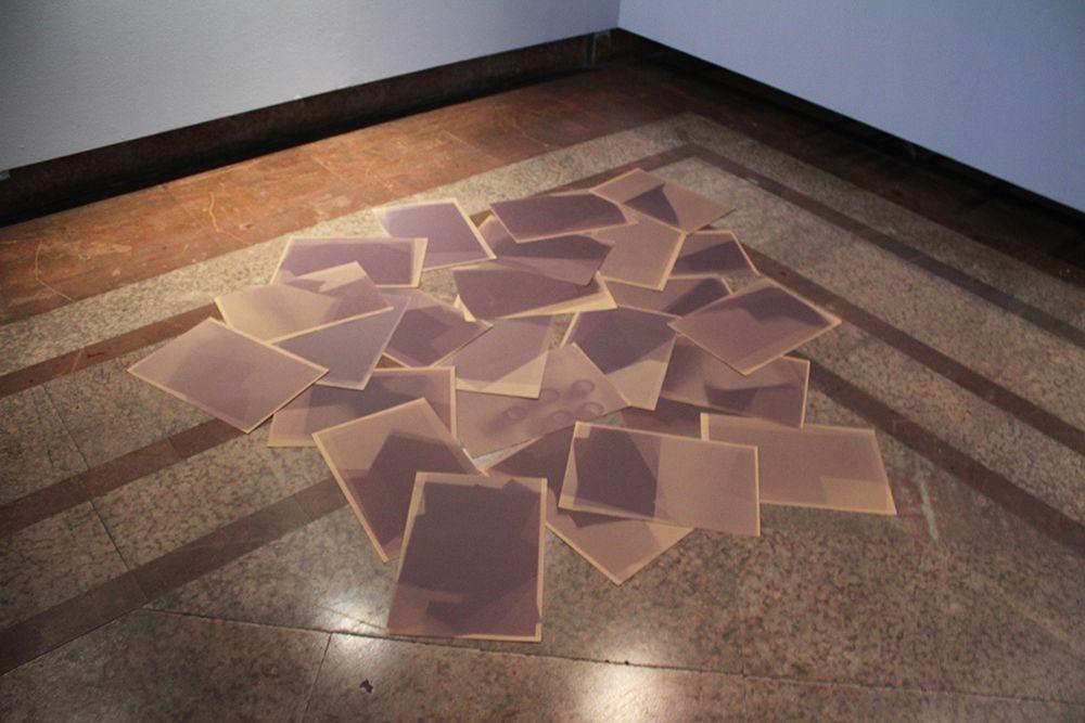 "Paz Ortúzar, Exposición ""Grisura"", detalle de la obra ""Three months"". Foto: Sebastián Griesshammer"