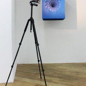 Benjamín Ossa, La transformación del tiempo, 2016, instalación con pintura sobre papel, acero y fuente de luz, dimensiones variables. Cortesía: Sobering Galerie