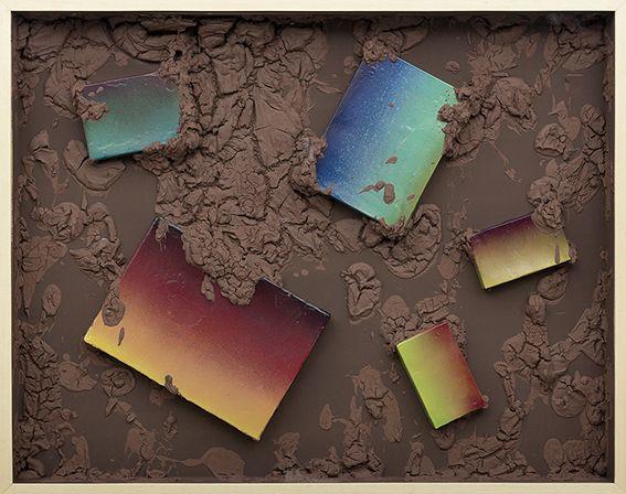 Barro Arte Contemporáneo (Buenos Aires) presenta al artista Marcelo Pombo (Arte Concreto Pos Inundación, arcilla, acrílico, cajas de cartón y esmalte en aerosol en caja de madera con vidrio, 2015, 77 x 97 x 10 cm). Cortesía: arteBA