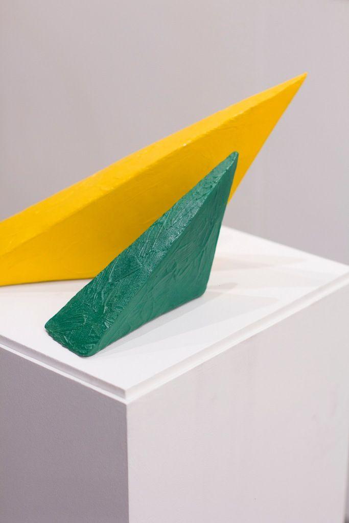 Eduardo Costa, Primera interacción de dos pinturas volumétricas, 1998 - 1999, pintura acílica sólida, 20 x 38,5 x 22 cm (instalado). Cortesía: Cosmocosa y arteBA Fundación