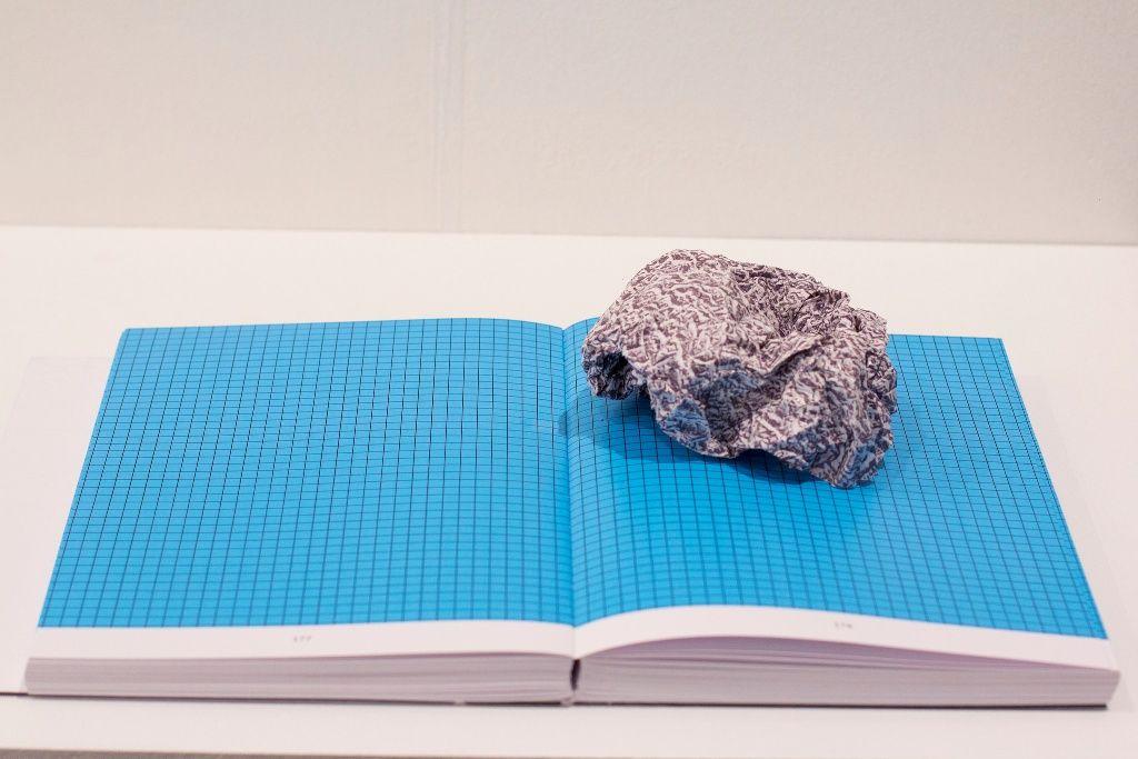 Ana Luiza Dias Batista, Scales book, 2016, 4 x 19 x 27 cm (cerrado); 15 x 44 x 27 cm (abierto). Cortesía: galería Marilia Razuk