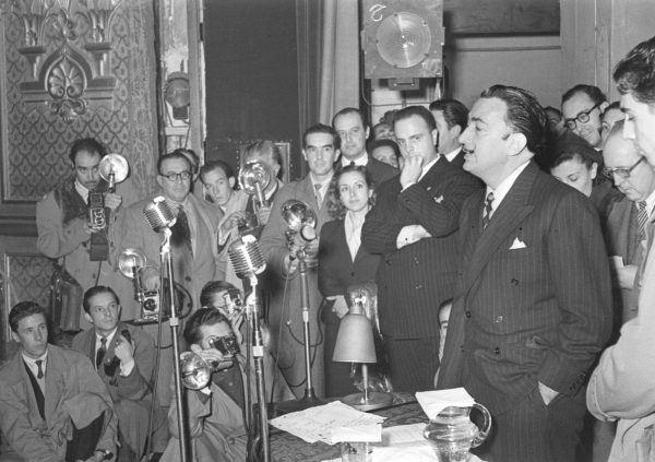 "ESPAÑA CONFERENCIA DALÍ: Madrid, 11-11-1951.- Salvador Dalí en un momento de su anunciada conferencia, que bajo el título ""Picasso y yo"" reunió a los medios de comunicacion en el Teatro María Guerrero. Al acto asiste Manuel Fraga Iribarne, secretario general del Instituto de Cultura Hispánica, organismo que organiza el acto. EFE/Hermes Pato/yv SPAIN CONFERENCE DALI: MADRID, 11/11/1951.- Spanish artist Salvador Dali is pictured during his conference on 'Picasso and me', held at the 'Maria Guerrero' Theater in Madrid. Manuel Fraga Iribarne (C-L) , as general secretary of the Hispanic Culture Institute, attended the event. EFE/Hermes Pato/fs"