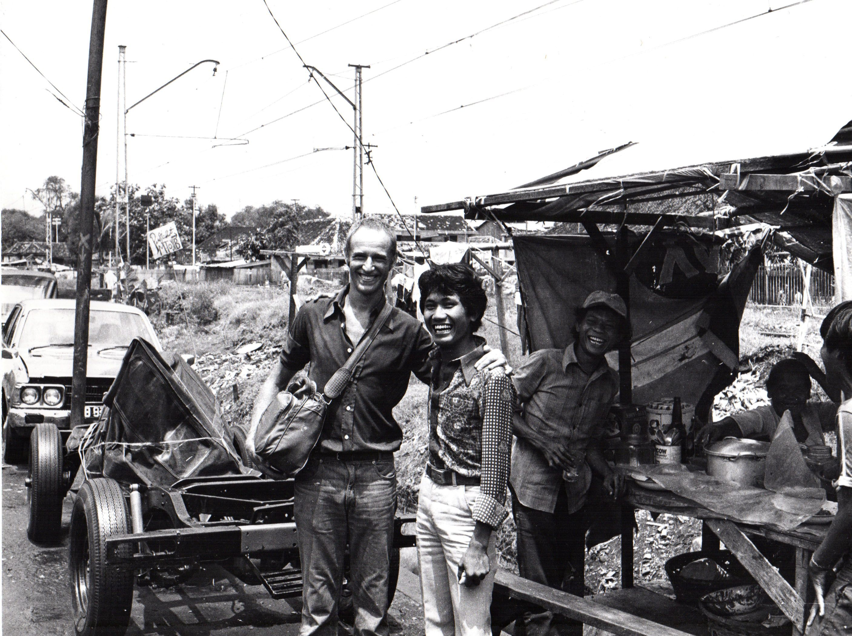 Carlos Ginzburg, Ginzburg à Jakarta (1979), doce fotografías en gelatina de plata. Pieza única, vintage. De la serie Los viajes de Ginzburg, 18 x 24 cm cada una. Cortesía: Galería Henrique Faría Buenos Aires