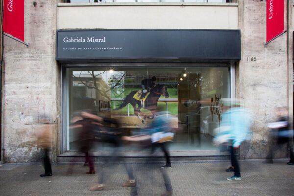 Gonzalo-Lebrija.-Caballo-en-el-aire.-2004.-Impresión-digital.-200-x-250-cm