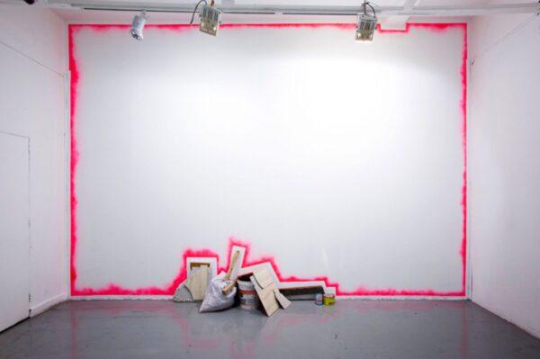 Jose-Dávila.-Sin-título.-2015.-Pintura-aerosol-objetos-encontrados.-450-x-400-x-43-cm