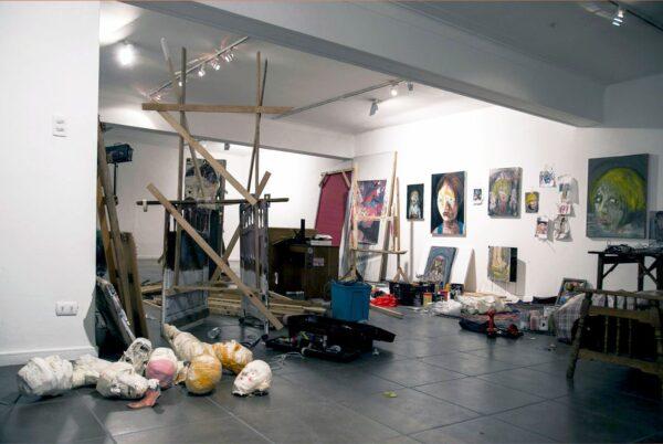 Vista de la exhibición Resident Evil, de Cristóbal León y Joaquín Cociña, en la Galería Balmaceda Arte Joven, Santiago, 2015. Cortesía de los artistas