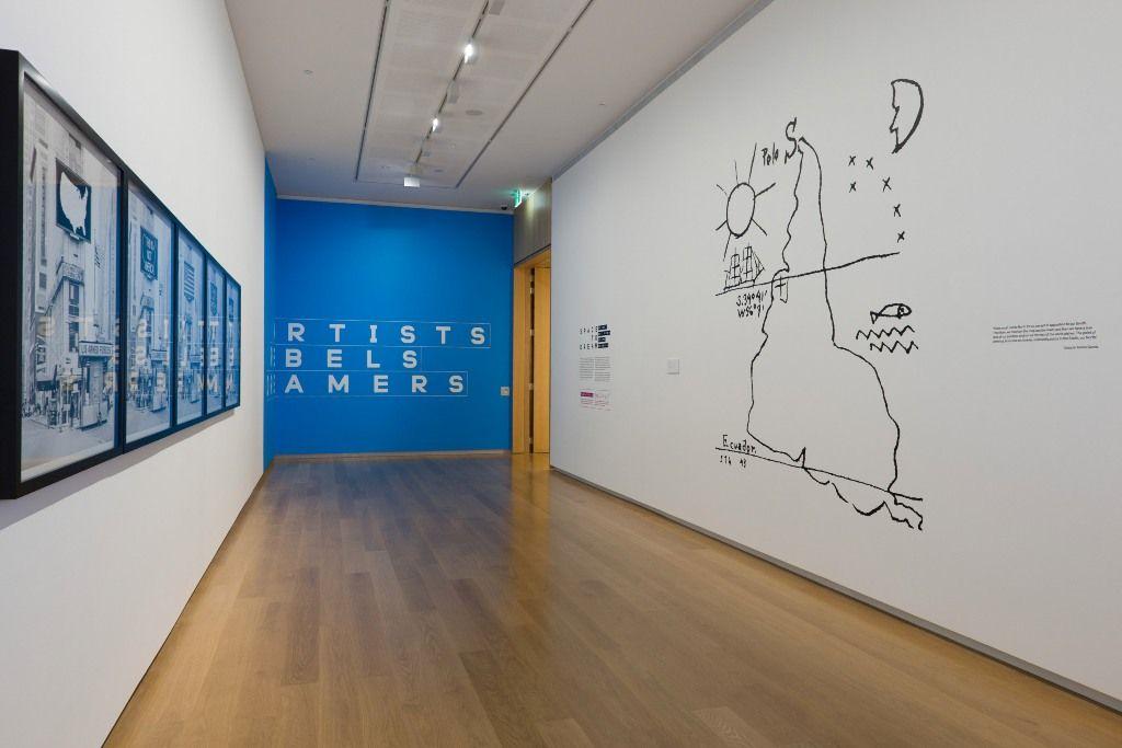 """Vista de las obras de Alfredo Jaar (Logo for America) y Joaquín Torres García (América Invertida) en """"Un espacio para soñar"""". Foto: ©AAG Toi o Tamaki 2016"""