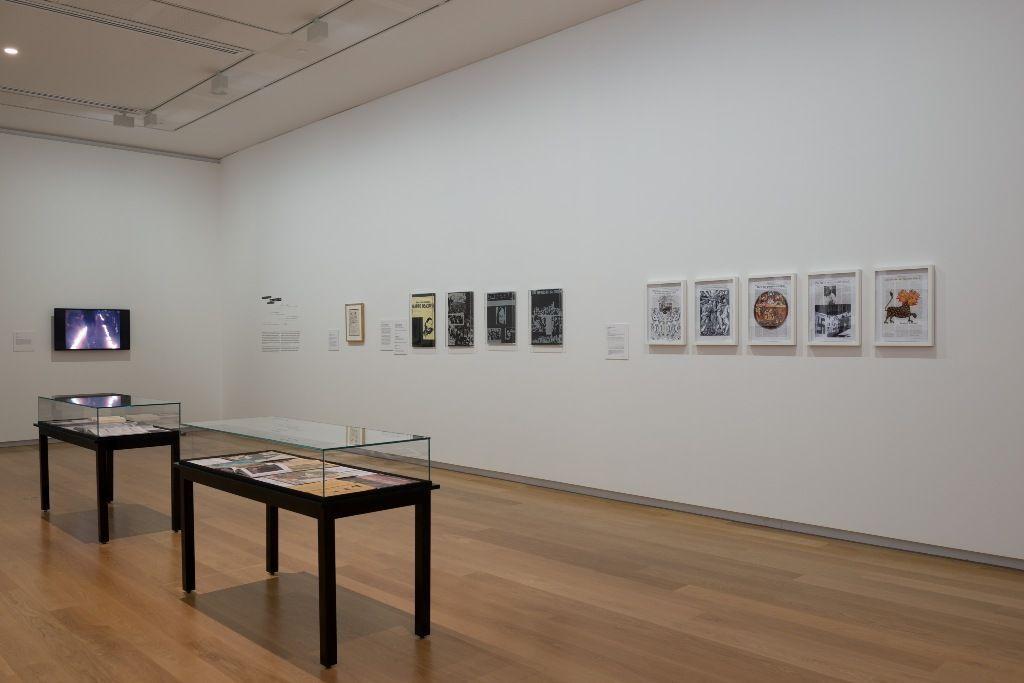 """Vista de las obras de Nicanor Parra y Violeta Parra en la muestra """"Un espacio para soñar"""". Foto: ©AAG Toi o Tamaki 2016"""
