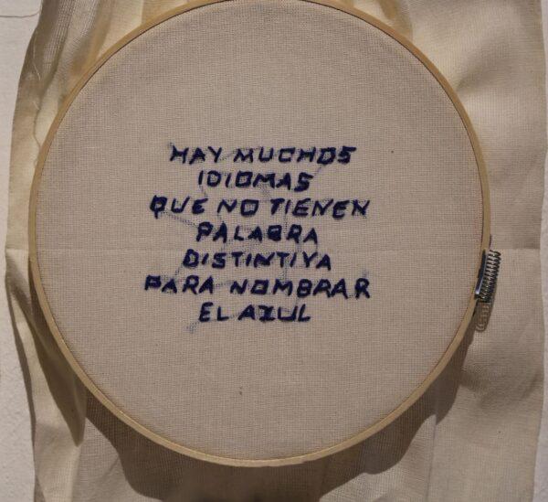 Tania Candiani, Acerca del Azul. Serie de bordados en aro con frases relativas al color azul. Cortesía de la artista
