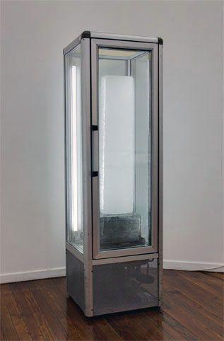 obra-1-de-la-serie-Así-pasa-la-gloria-del-mundo-2011-heladera-exhibidora-cemento-barra-de-hielo-65x65x210cm.