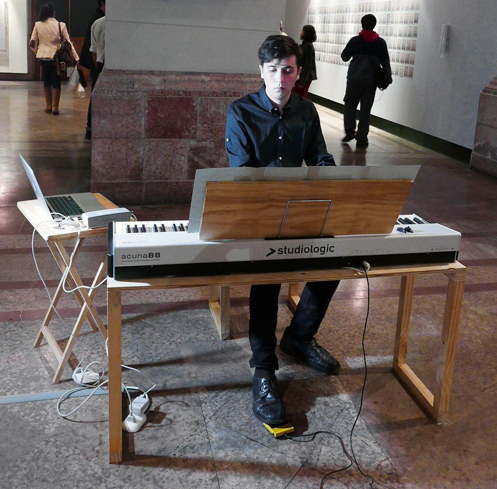 """Paz Ortúzar, Exposición """"Grisura"""", parte de la obra """"As sleep"""". Performance del músico Diego Muhr (21 de abril, 2016). Foto: Sebastián Griesshammer"""