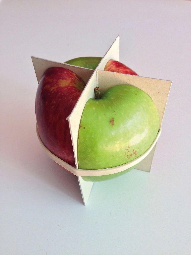 Nicolás Robbio, Fracción Mixta, 2015, manzana roja, manzana verde y madera balsa, medidas variables. Cortesía: Vermelho y arteBA Fundación
