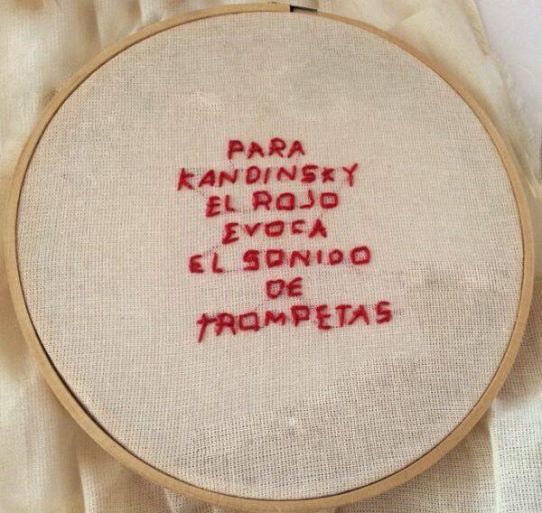 Tania Candiani, Acerca del Rojo. Serie de bordados en aro con frases relativas al color rojo. Cortesía de la artista