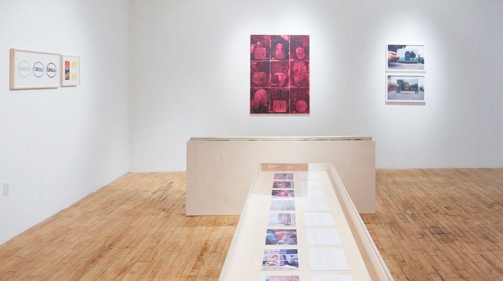 "Vista de la exposición ""Magical (un)Real: Entranced Land"", en Momenta Art, Brooklyn, NY, 2016. Foto: Ethan Browning"