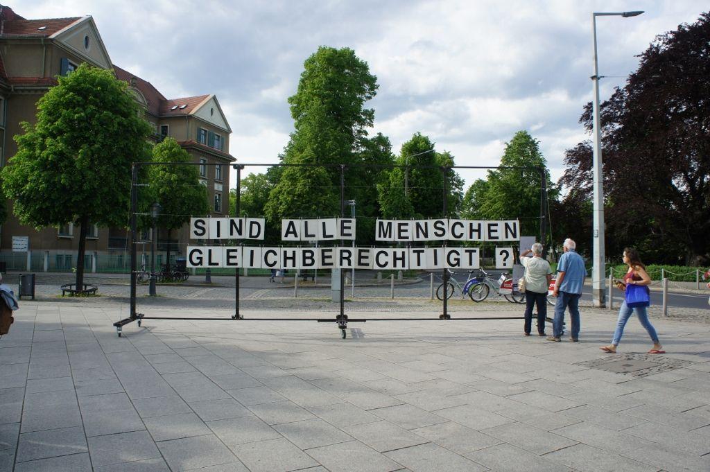 Proyecto Pregunta, ¿Qué preguntas deberían ser hechas? / ¿Tienen todos los seres humanos los mismos derechos. Jorge Gomondai Platz, Dresden. Cortesía: PP