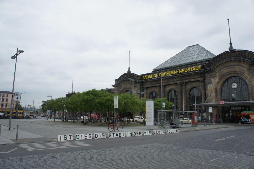 Proyecto Pregunta, ¿Qué preguntas deberías ser hechas? / ¿Es esta la ciudad en la que queremos vivir? Estación de trenes de Dresden, inicio del recorrido de la manifestación de PEGIDA el 23 de mayo. Cortesía: PP