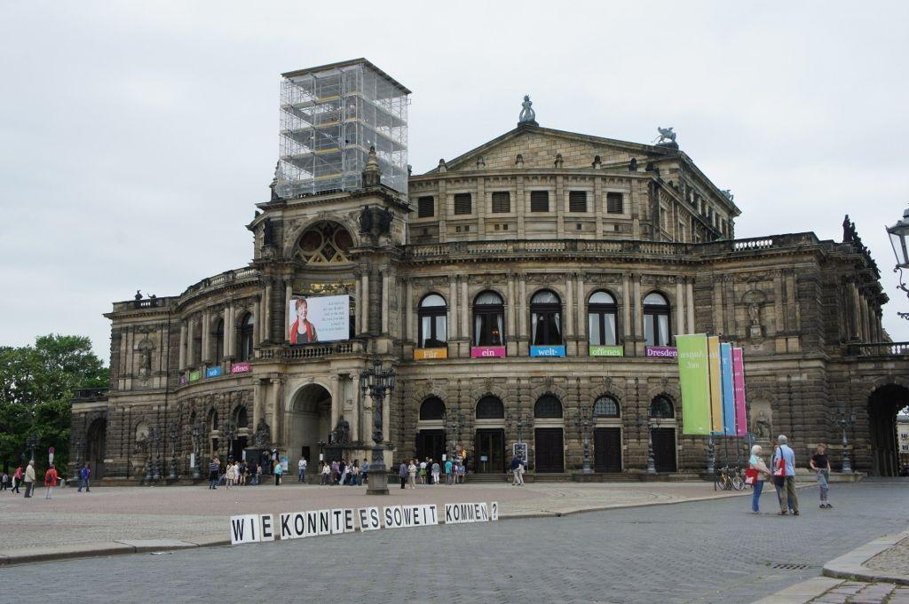 Proyecto Pregunta, ¿Qué preguntas deberías ser hechas? / ¿Cómo llegamos a este punto? Theater Platz, Dresden. Cortesía: PP