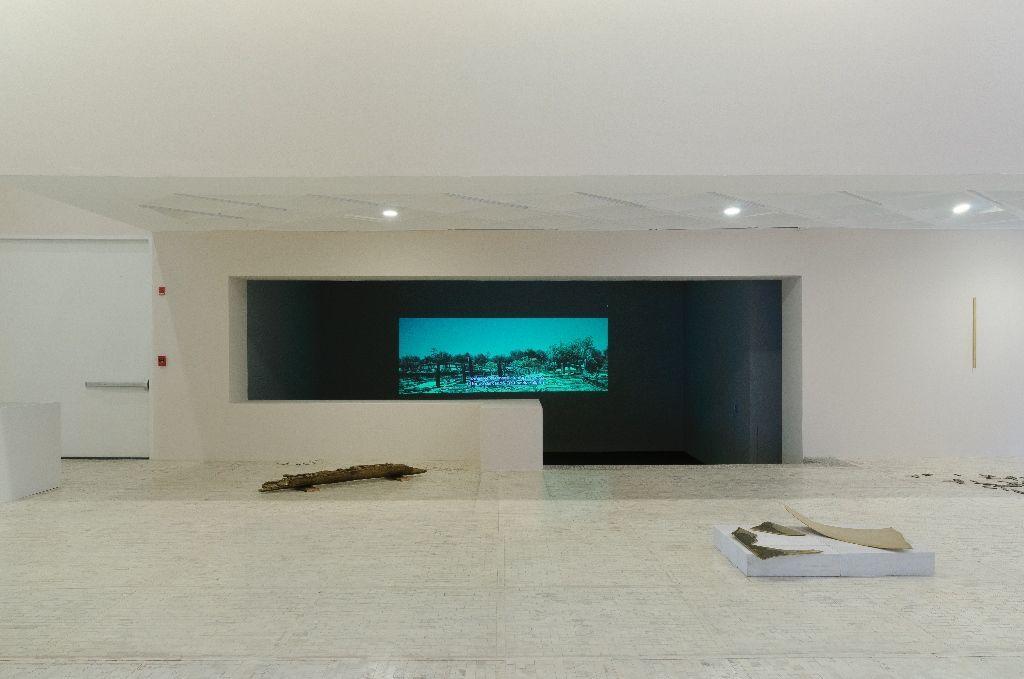 """Vista de la exposición """"Caminar Juntos"""", de Mario García Torres, en el Museo Tamayo, México D.F, 2016. Foto: Paolo Montalvo."""
