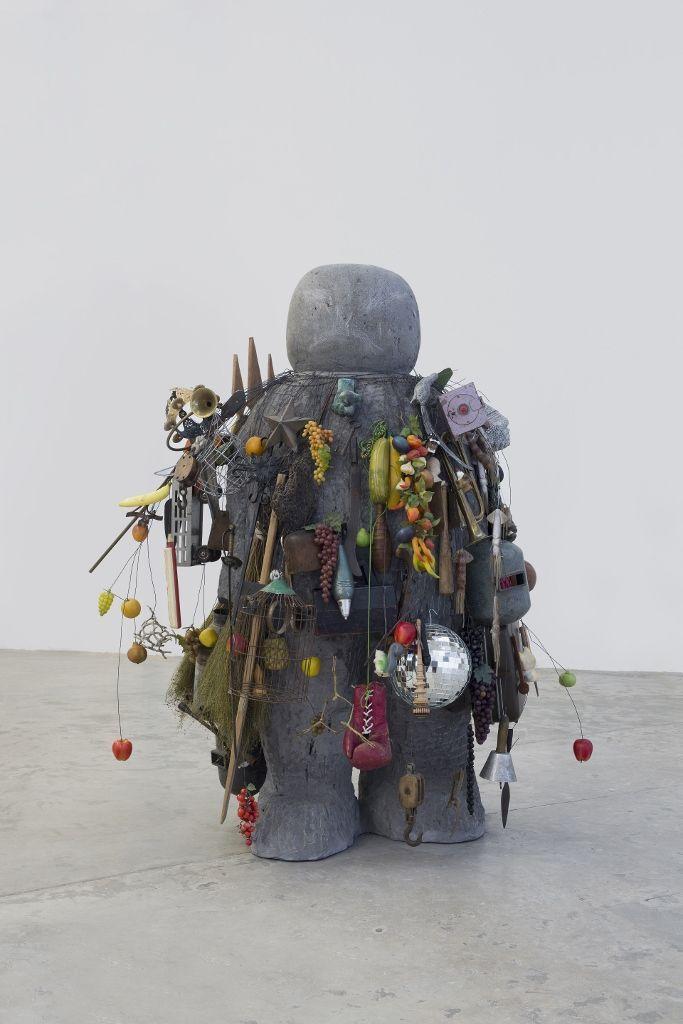 Pedro Reyes, El Ekeko, roca volcánica y objetos, 220 x 120 x 120 cm. Foto: Ramiro Chaves