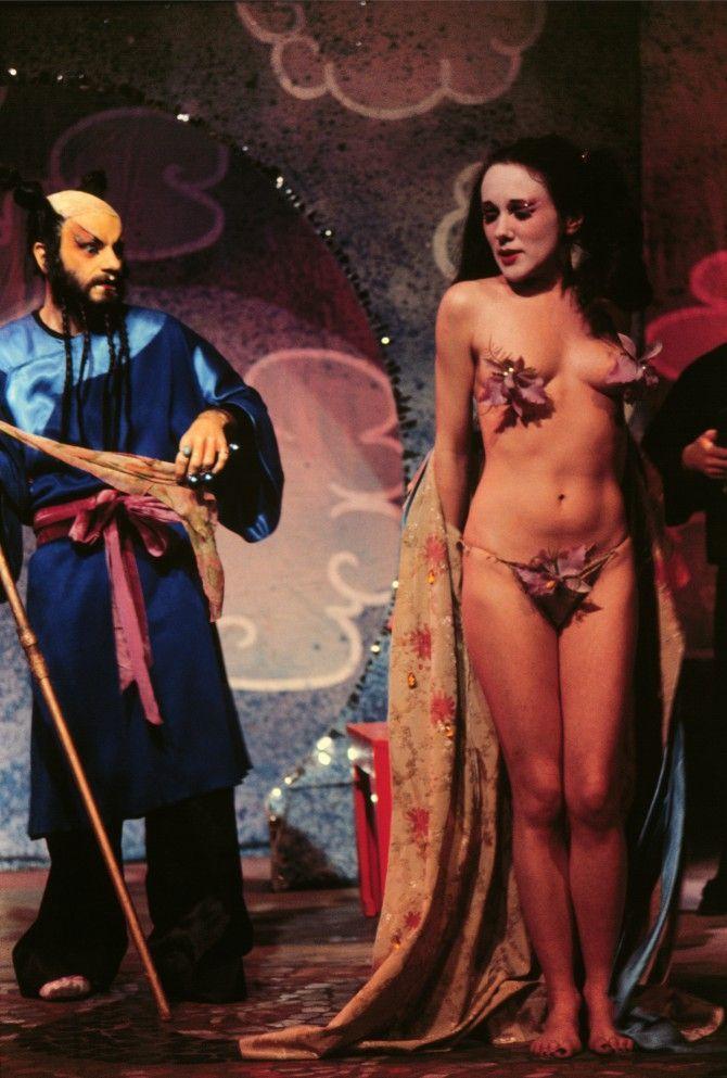 Leandro Katz, Eunucos de la Ciudad Prohibida - Obra teatral de Charles Ludlam, con Charles Ludlam y Black-Eyed Susan, 1971/1995, Cibachrome, 36 x 28 cm. Cortesía: HFFA