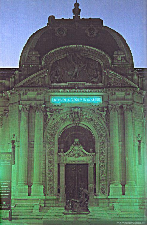 Gonzalo Díaz, Unidos en la Gloria y en la Muerte, 1997, instalación en el frontis del MNBA. Cortesía: Archivo de Imágenes Digitales, Biblioteca MNBA, Chile.