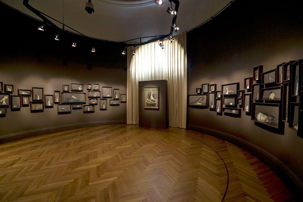 Josefina Guilisasti, Bodegones, 2008, 125 óleos de diferentes formatos. Vista de la exposición en el Museo Nacional de Bellas Artes, Santiago. Cortesía de la artista