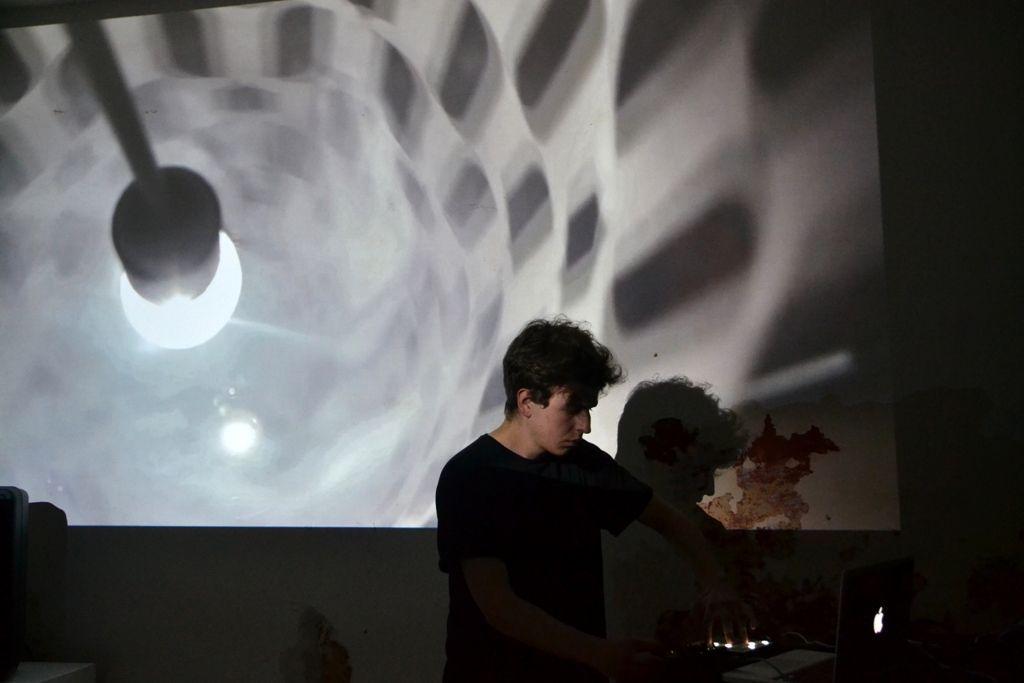 Laboratorio Eigengrau, Polyphonic Cinema Live. Punto Croce, Venecia. Javier Toro Blum en colaboración con el músico Wavefold. Foto cortesía del artista