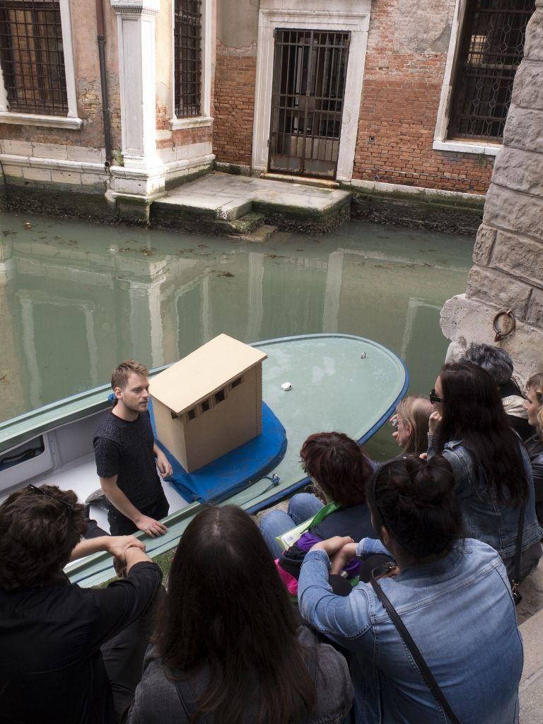 White Elephant Bibliotheke , Genova in Transit, Venecia. Martín La Roche en colaboración con Miguel Etchepare. Foto cortesía del artista