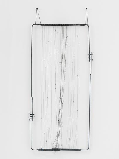 Gego, Dibujo sin papel 86/15, 1986, hilos de nylon, hierro, alambre, 84.5 x 42 x 3 cm © Fundación Gego. Cortesía de la galería