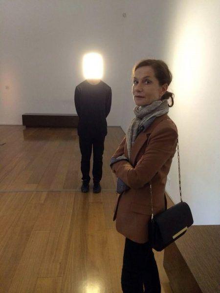 La-gran-actriz-francesa-Isabelle-Huppert-hoy-visitó-MALBA-En-la-foto-junto-a-Player-del-artista-Pierre-Huyghe-en-la-exposición-Experiencia-Infinita.