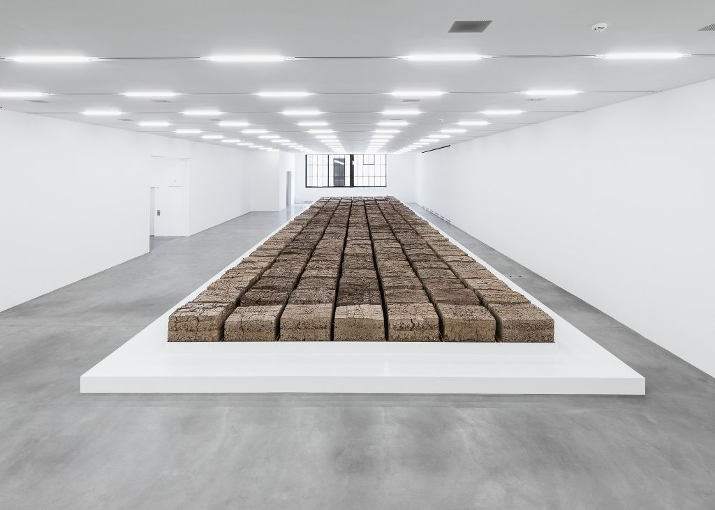 Mike Bouchet, The Zurich Load, vista de la instalación en Löwenbräukunst, Zürich. Foto: (c) Camilo Brau